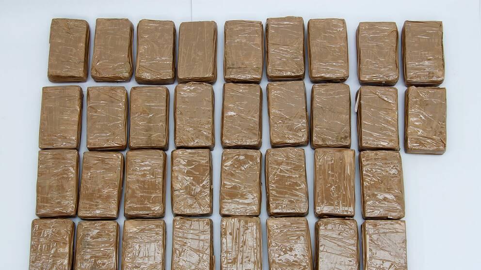 Femaring greps med 1 kilo heroin
