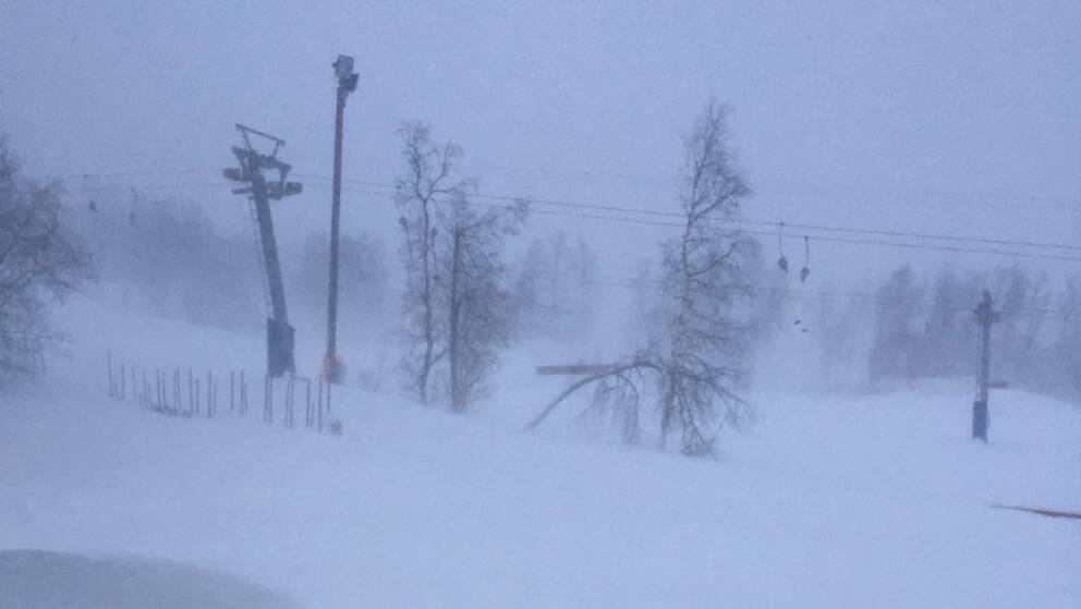 lift i snöstorm, driva i förgrunden