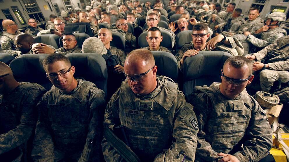 Amerikanska krigsveteraner på väg hem till USA från Irak. 22 veteraner om dagen tar livet av sig i USA.