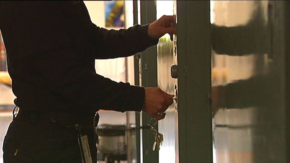 Dörr till fängelsecell öppnas