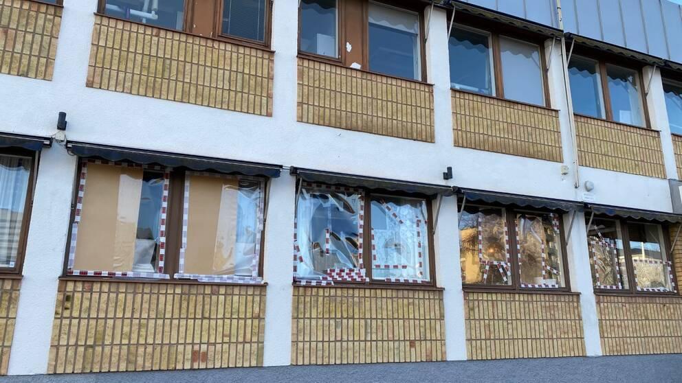 Krossade fönsterrutor som är täckta med tejp och kartong.