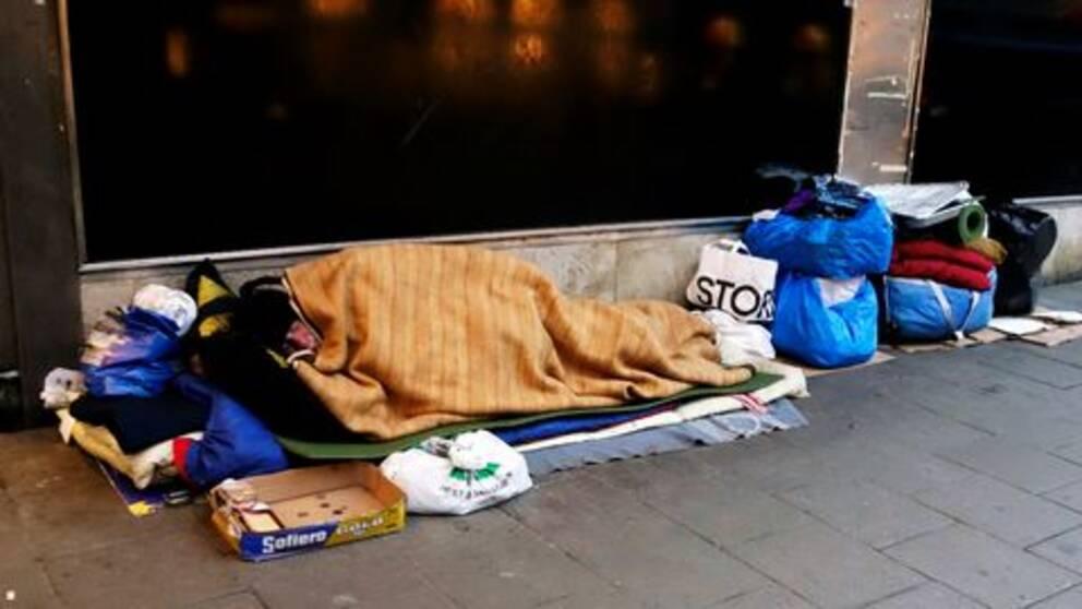 uteliggare/hemlös man på gatan i Stockholm