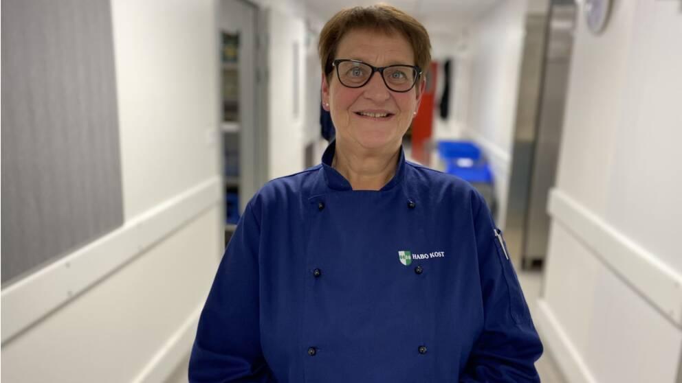 Kostchef Lena Bergström står i köksmiljö i en tröja med texten Habo kost