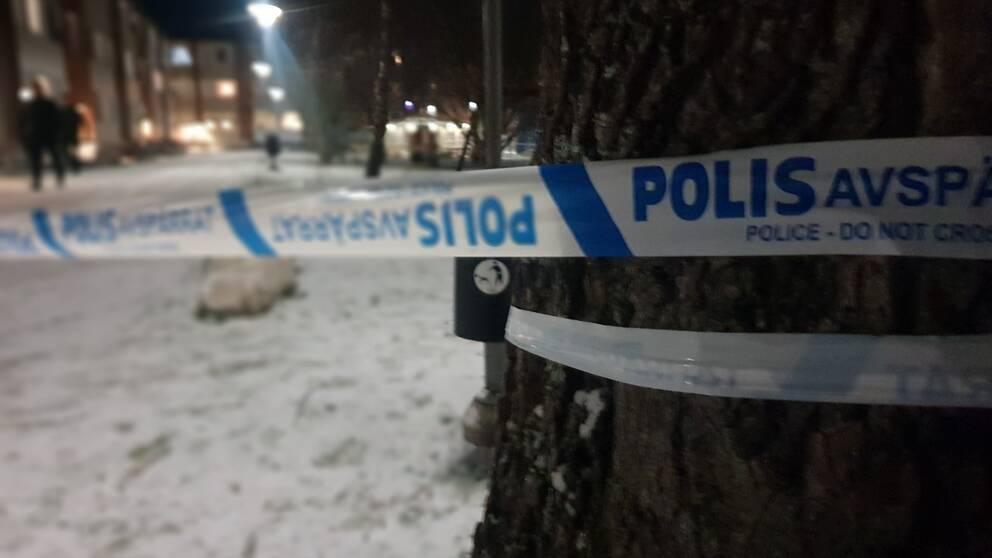 Polisens avspärrningsband vid platsen på norr i Örebro.