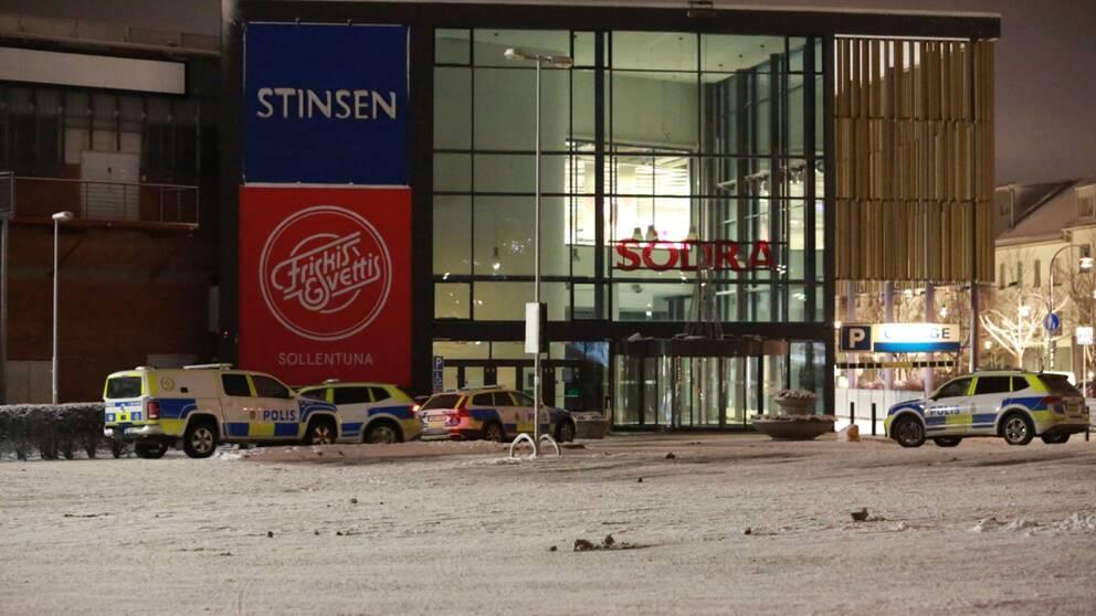 Polisen håller på att leta igenom köpcentret efter uppgifter om att obehöriga finns inne i lokalerna.