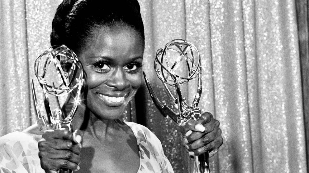 """Cicely Tyson efter att hon tilldelats en Emmy för sin roll i """"The Autobiography of Miss Jane Pittman"""" 1974."""