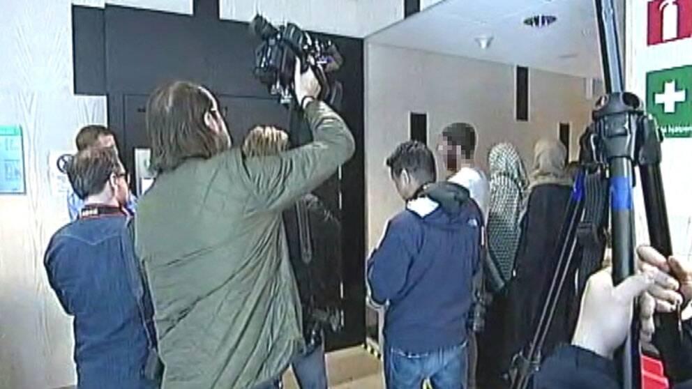 Örebro tingsrätt, häktningsförhandling för terrormisstänkt, familjen väntar utanför