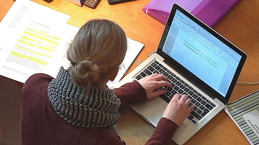 Student sitter framför dator