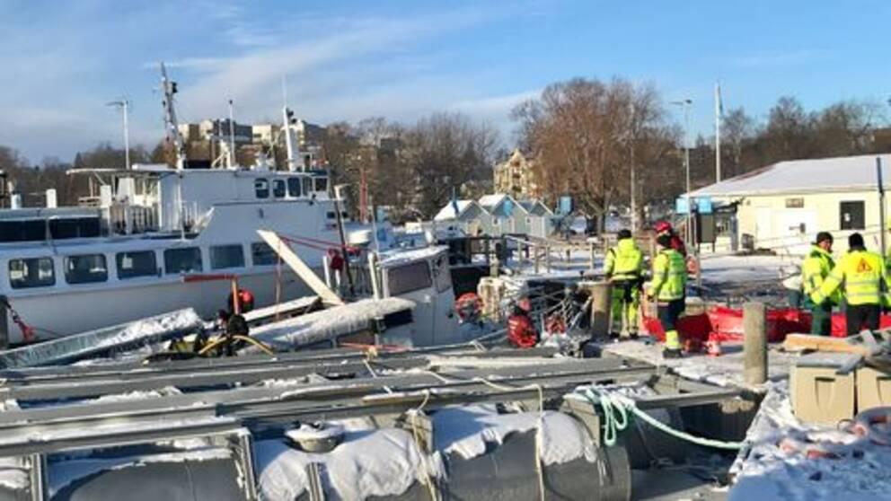 Räddningstjänsten sanerar dieselutsläpp i Västerås hamn