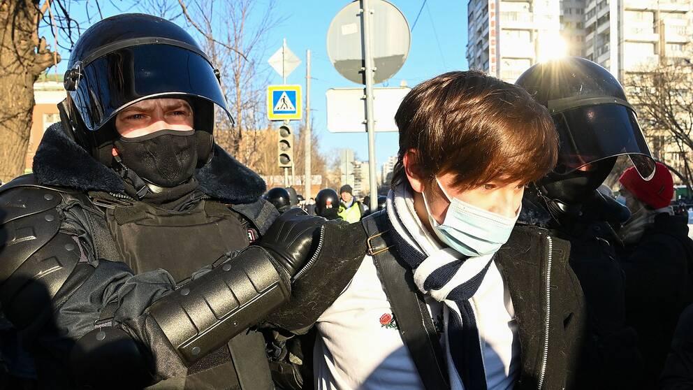 En demonstrant grips utanför domstolen i Moskva