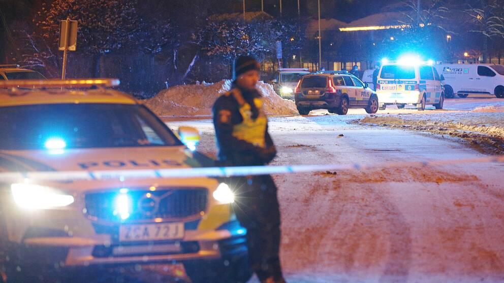 Polisen har spärrat av ett område i Uddevalla efter knivskärningarna.