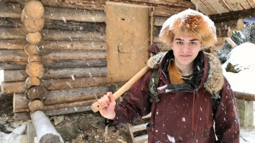 Erik Grankvist bygger på egen hand en timmerstuga i skogen norr om Sala