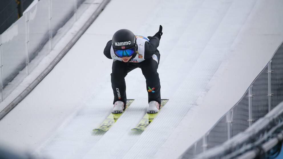 Tidigare världettan Maren Lundby står utan skidor inför helgens världscup i Hizenbach.