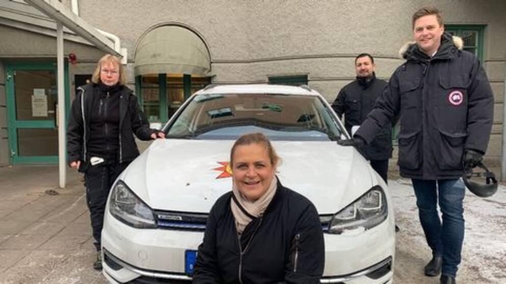 Tina Thörner, Susanne Granfors, Sebastian Cisterna och Christian Holm Barenfeld samlade runt en av Karlstad kommuns bilar.