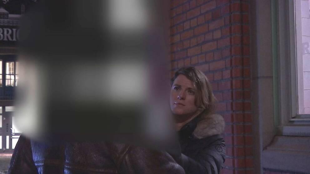 Blurrad man och SVT:s reporter i samtal utomhus på gata i Göteborg