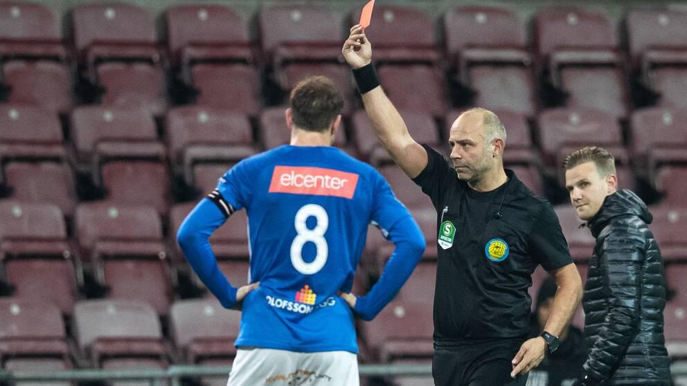 Ett rött kort under fotbollsmatchen i Superettan mellan AFC Eskilstuna och Norrby den 5 december 2020 i Eskilstuna.
