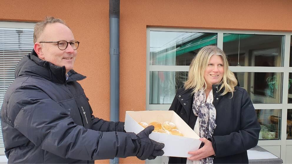 Kommunstyrelsens ordförande Johan Persson (S) överlämnade semlor till personal och boende på Ljungbyhemmet i Kalmar. Enhetschefen Helena Wigert tog emot.