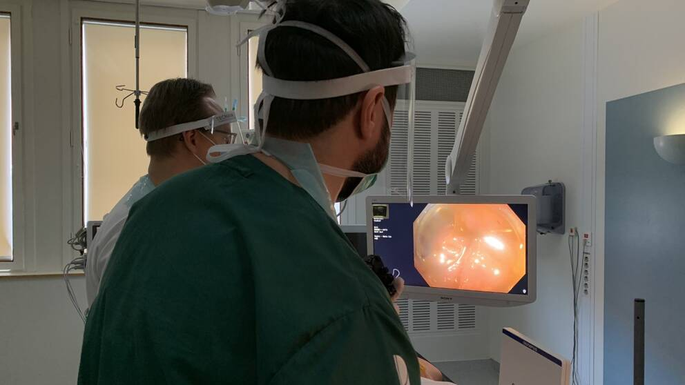 Bilden visar vårdpersonal som undersöker en patient på Falu lasarett.
