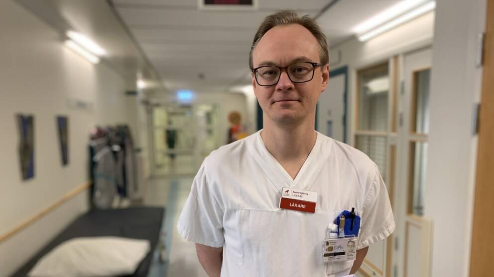 Bilden visar specialistläkaren Daniel Sjöberg i en korridor på Falu lasarett.
