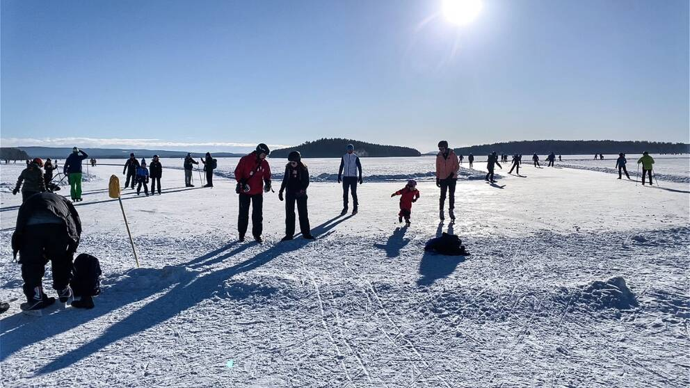 Bild på skridskoåkare på Runn i Falun.