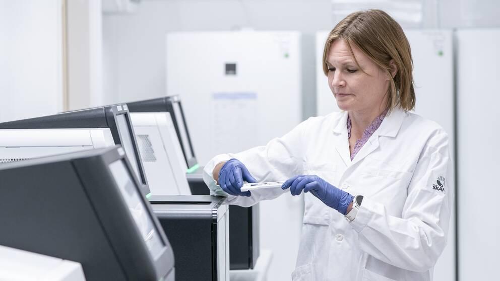 Sofia Gruvberger Saal, sektionschef vid Centrum för molekylär diagnostik vid sekvenseringsmaskinen där coronavirusets arvsmassa kan kartläggas i detalj.