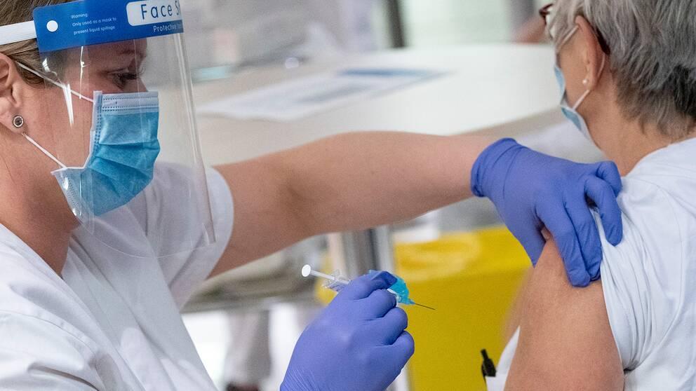 Bild på vårdpersonal som vaccineras i Malmö.