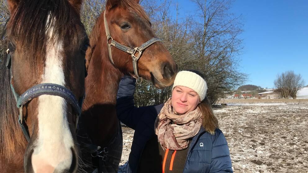 Hästägaren Michelle Bedrup med två av hennes hästar.