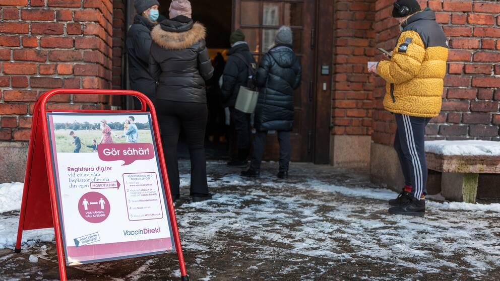 Personer som står i kö utanför Blå hallen i Stockholm för att5 vaccinera sig mot Covid-19