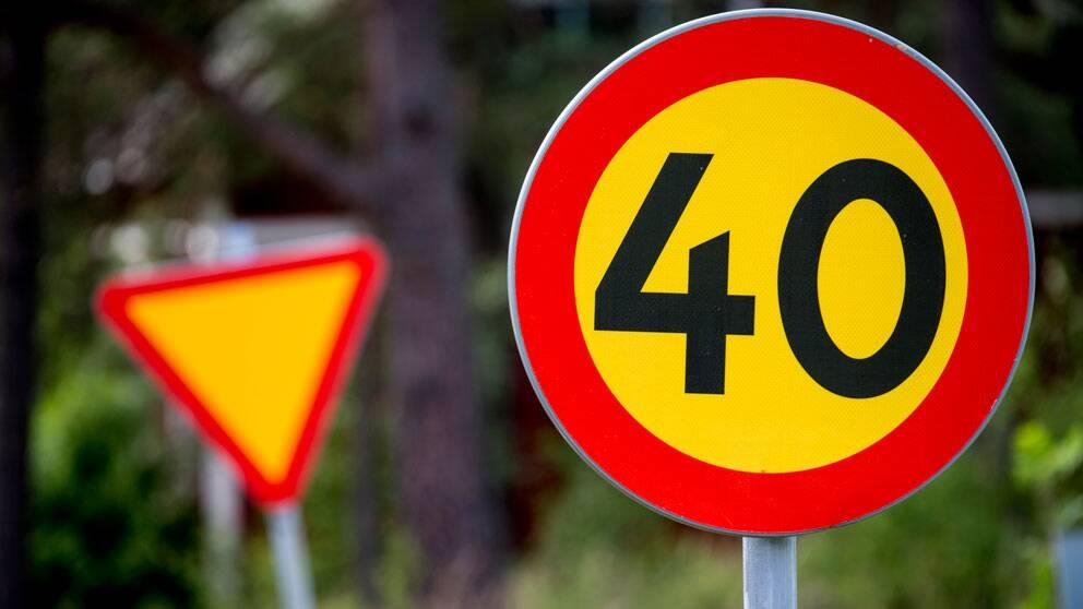 Hastighetsbegränsning, vägskylt 40 kilometer i timmen.