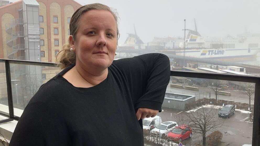 Karin Albin på sin balkong vid hamnen i Trelleborg