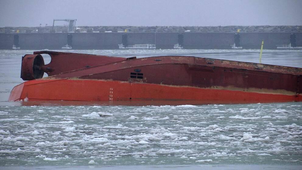 Ett kapsejsat arbetsfartyg.