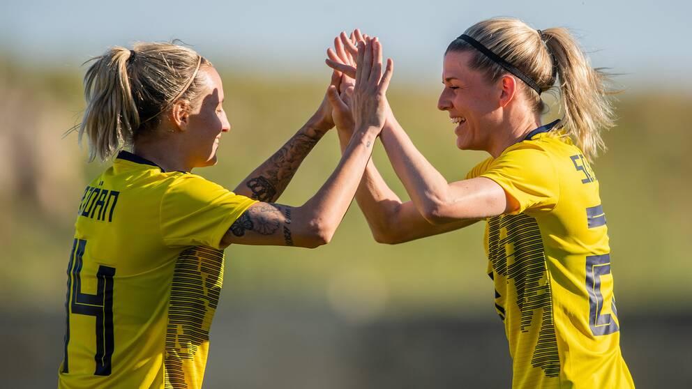 Nathalie Björn och Olivia Schough jublar efter Sveriges 2-0.