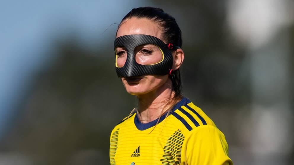 Kosovare Asllani spelade i ansiktsmask mot Malta efter att ha brutit näsan i en ligamatch för Real Madrid.
