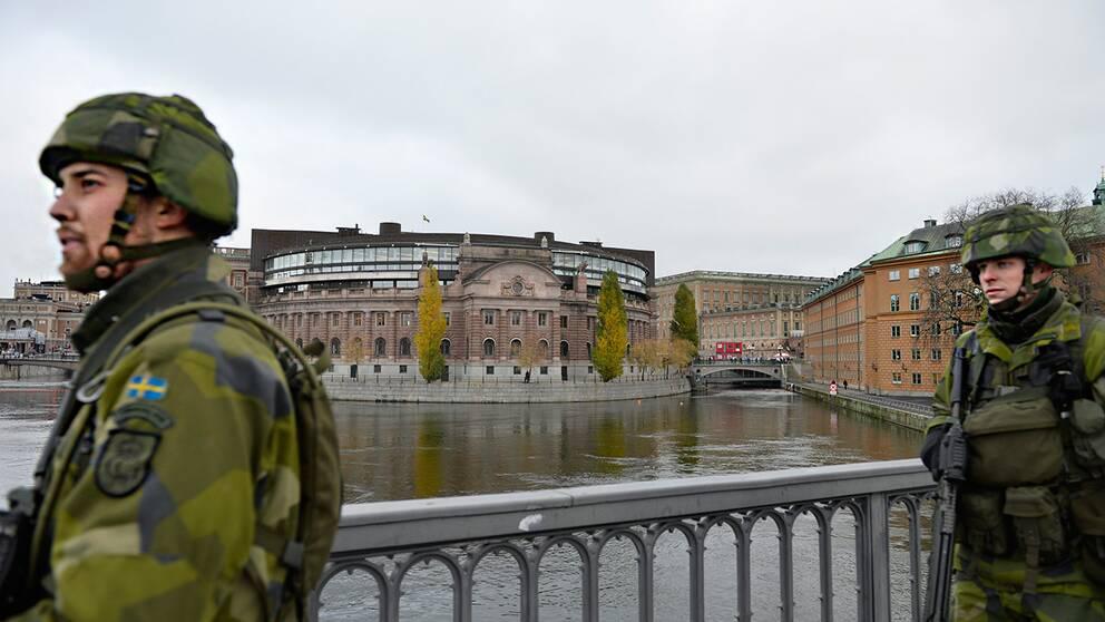 Soldater i centrala Stockholm med riksdagen i bakgrunden