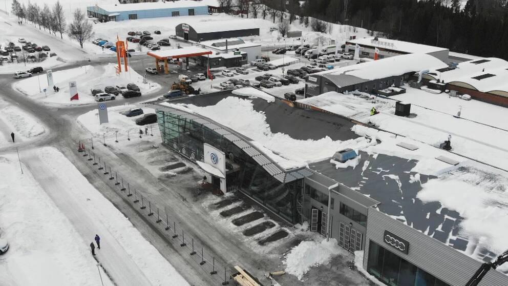 Flygbild över bilaffär. Taket har rasat in på en av byggnaderna.