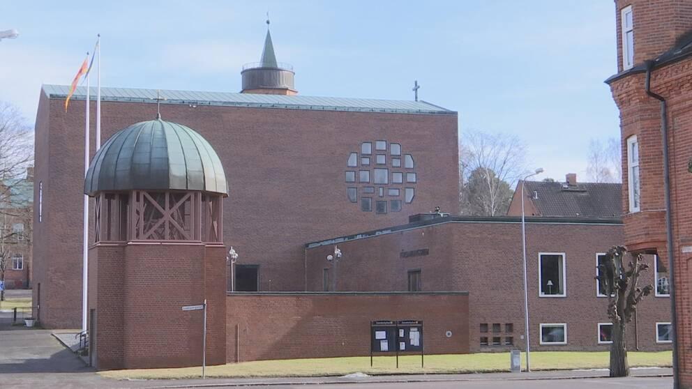 Bild på Säffle kyrka, tegelbyggnad med grönt tak
