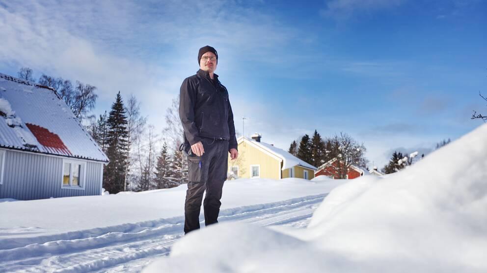 Jonas Mattsson, kriminalvårdsinspektör, framför villorna i Gruvberget som nu blir klass 3-fängelse.