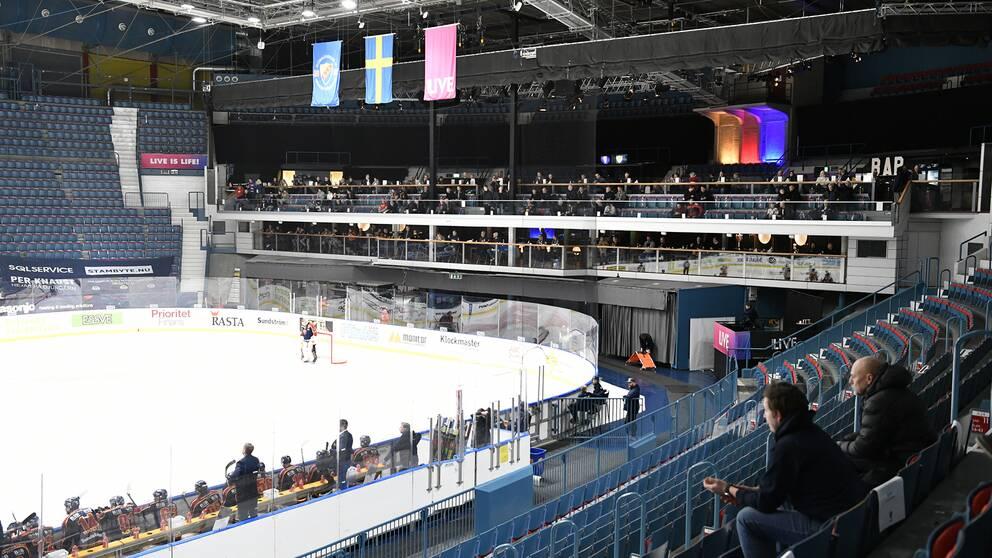Matgäster får se hockeymatcher på plats. Därför tidigareläggs SHL-matcherna.