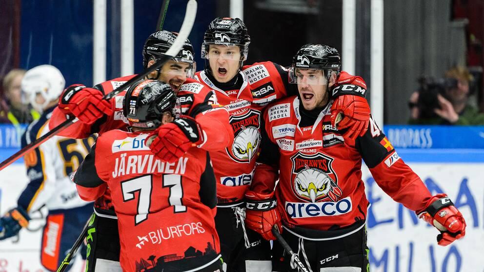 Malmö Redhawks Jesper Jensen Aabo jublar med lagkamrater.