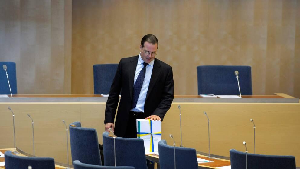 Anders Borg med budgetproposition (arkivbild). Foto Scanpix.
