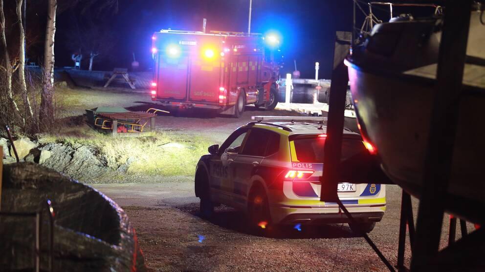 Polisbil samt bil från räddningstjänst står med blinkande blåljus.