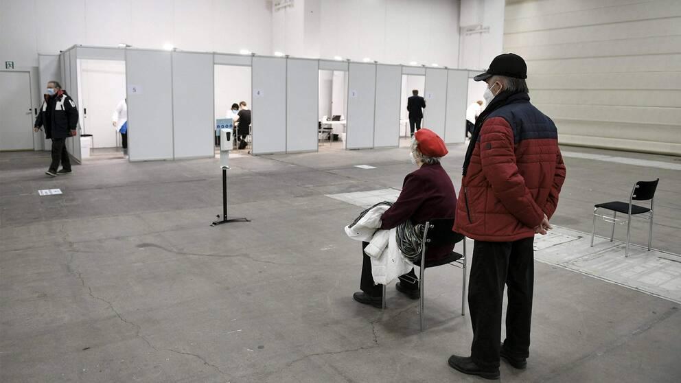 Kvinna väntar på att bli vaccinerad i Helsingfors.