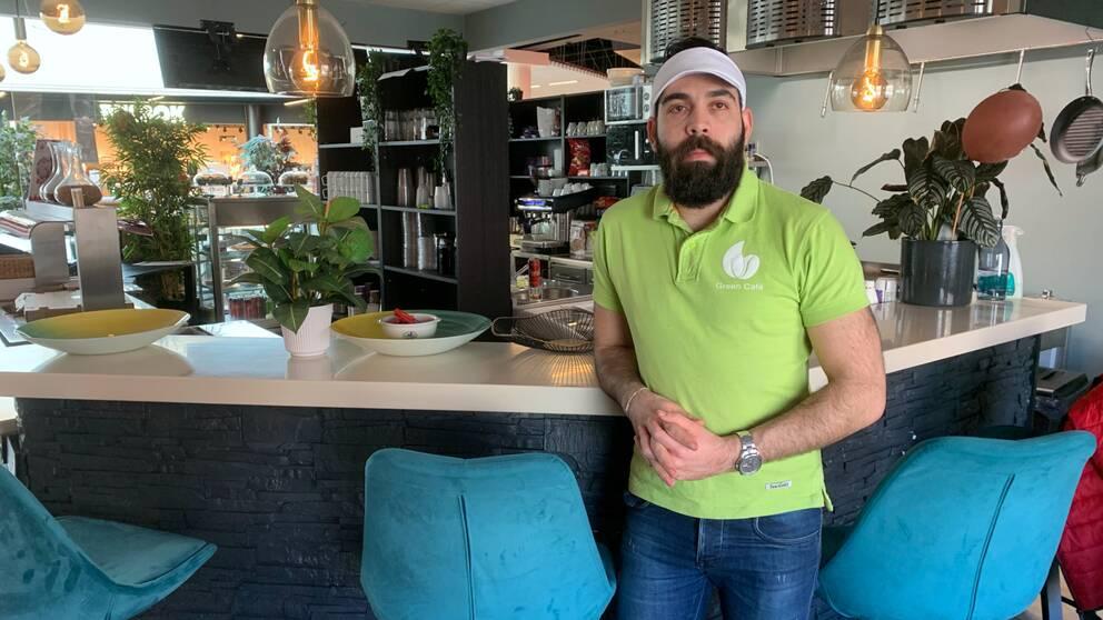 Restaurangägaren Nibal Almassri i sin restaurang i Oskargallerian i Örnsöldsvik.