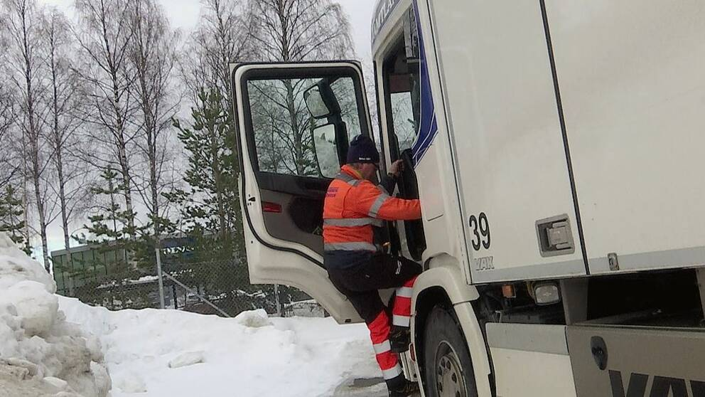 Chaufför hoppar ur lastbilen