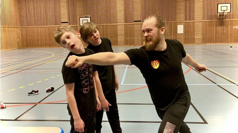 Rasmus Gullander och Viggo Ljung lär sig stunts av Alexander Lindman.