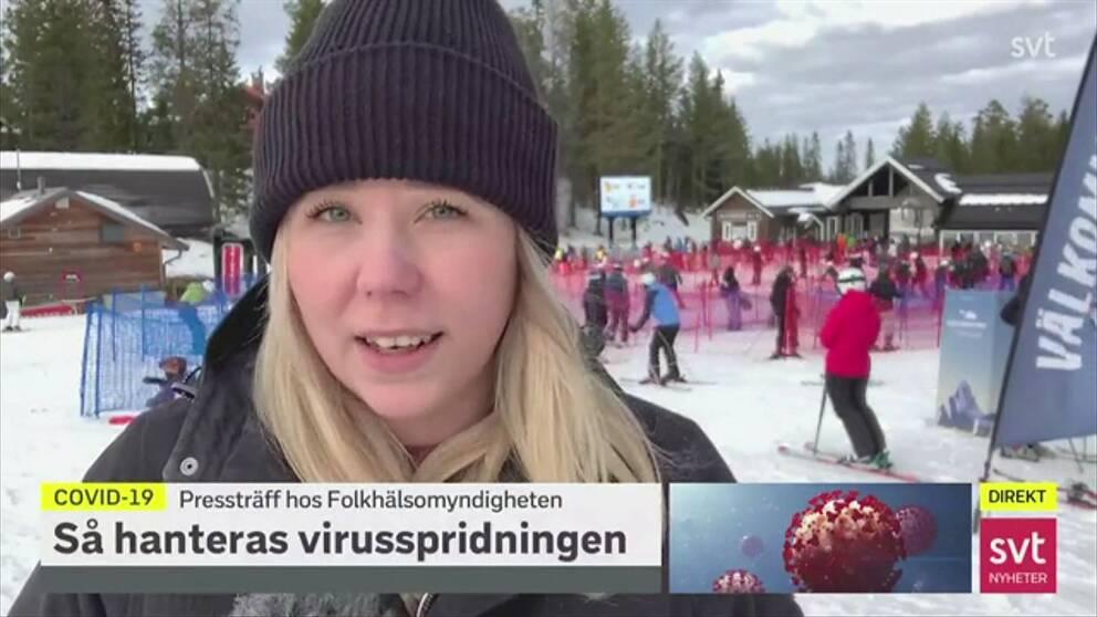Reporter Sofie Lind live i Lindvallen, Sälen med skidåkare och köband i bakgrunden.