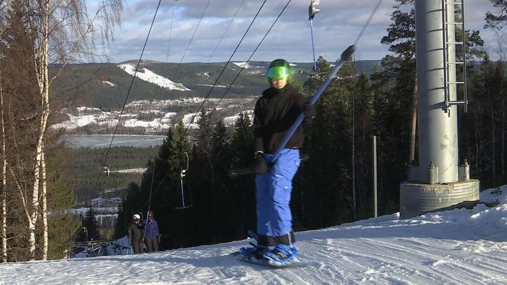 en snowboaardåkare i ankarliften i Kullstabacken
