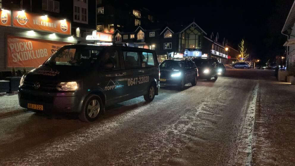 Taxibilar på kö i Åre på kvällen.