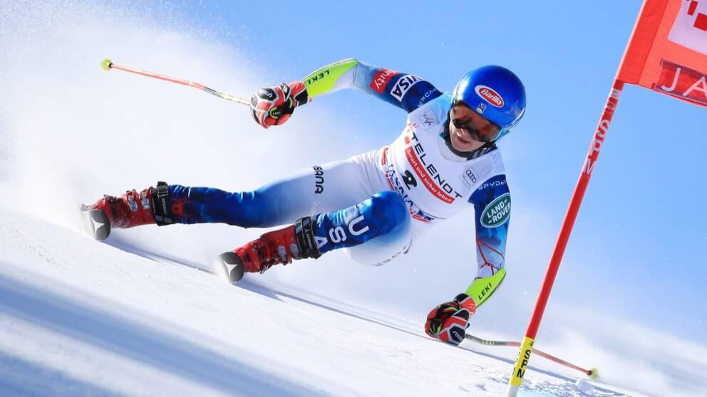 Mikaela Shiffrin behöll komfortabelt sin första plats genom det första åket.