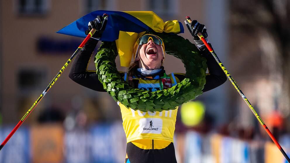 Lina Korsgren jublar efter segern i Vasaloppet.